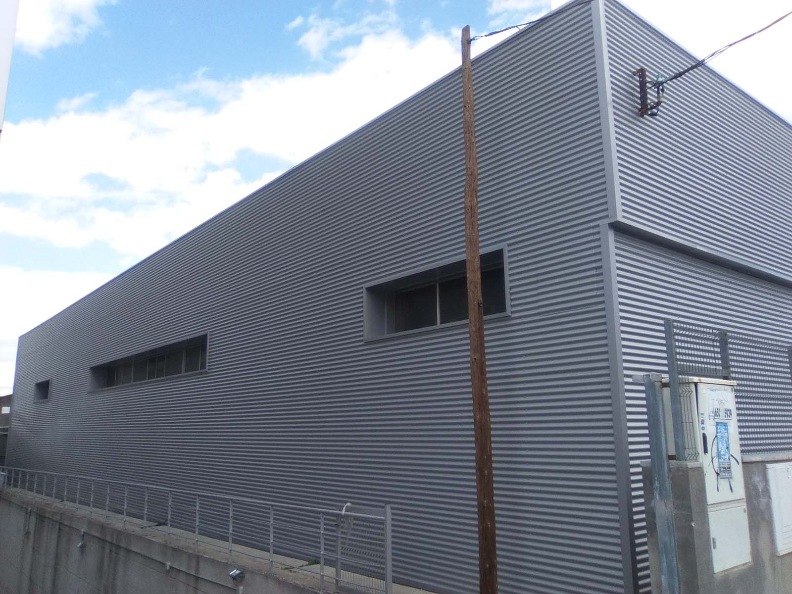 Nave industrial en coslada madrid revestimiento de for Revestimiento exterior zinc