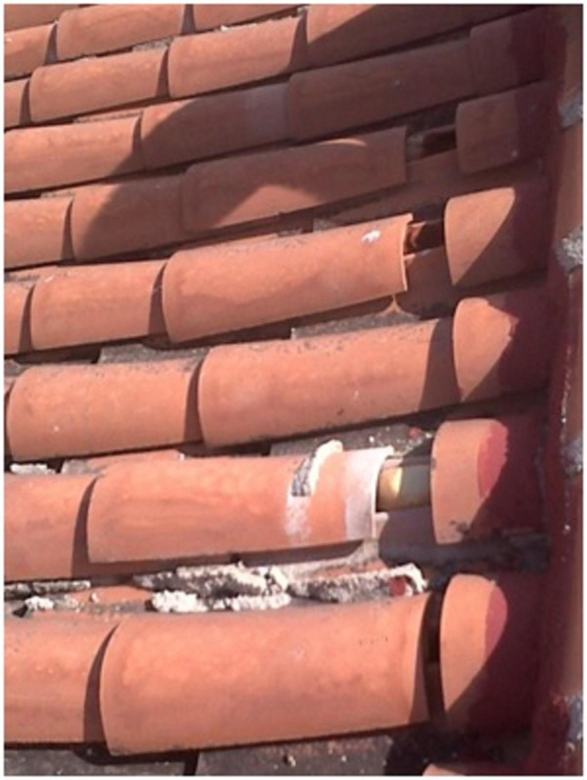 Ca da de una cubierta de teja la casa por el tejado for Leroy merlin tejas